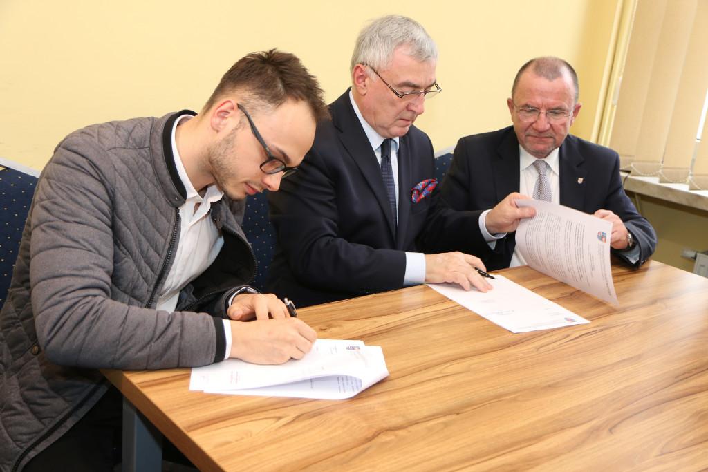 Podpisanie-umów-stypendialnych-z-przyszłymi-lekarzami-11-1024x683