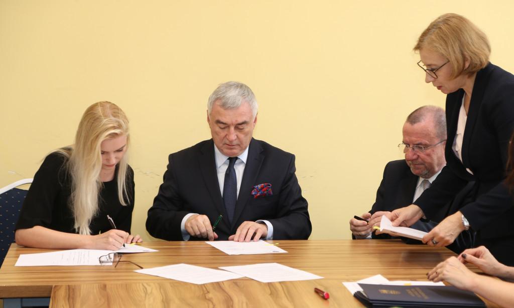 Podpisanie-umów-stypendialnych-z-przyszłymi-lekarzami-4-1024x615