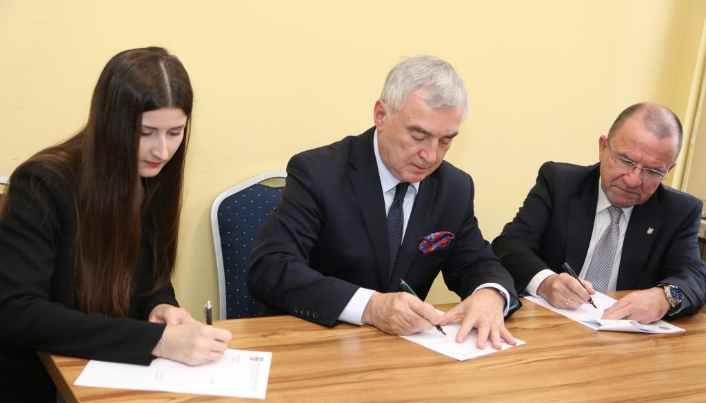 Podpisanie-umów-stypendialnych-z-przyszłymi-lekarzami-6-1024x585