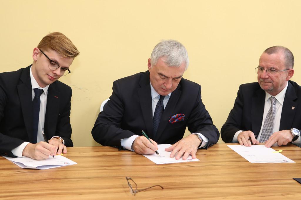 Podpisanie-umów-stypendialnych-z-przyszłymi-lekarzami-8-1024x683