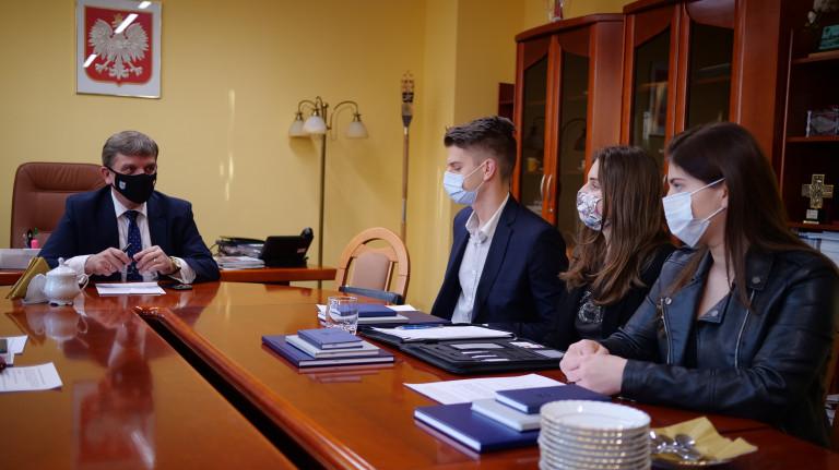 32 radnych liczy Młodzieżowy Sejmik Województwa Świętokrzyskiego II kadencji. To osoby w różnym wieku, z różnym doświadczeniem i pomysłami, aktywnie działające w swoich środowiskach, które angażują swój czas i energię w pracę na rzecz regionu. 16 lipca 2021r. minął rok, od kiedy zainaugurowali swoją działalność.