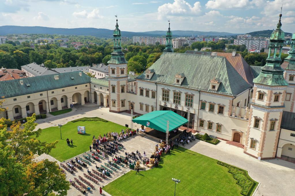 Plam-przed-Muzeum-Narodowym-w-Kielcach-poczatek-uroczystosci-dozynkowych-1024x682