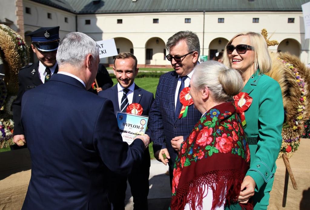 Przekazanie-gratulacji-dla-autorki-najpiekniejszego-wienca-Jozefy-Buckiej-gratulacje-od-marszalka-Andrzeja-Betkowskiego-i-wicemarszalek-Renaty-Janik-1024x695